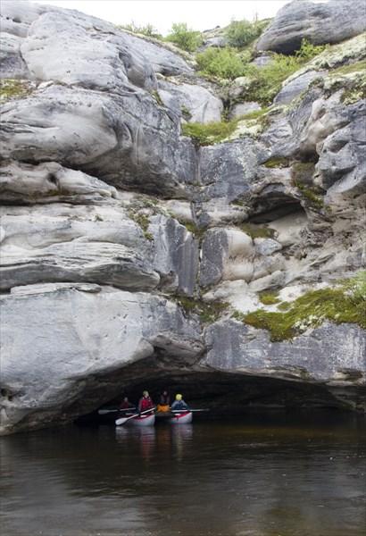 Встречаются на реке и неглубокие, но широкие гротики