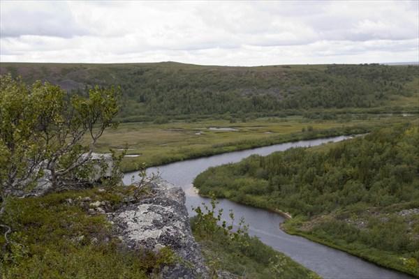 Меандр со спокойной водой перед высоким базальтовым каньоном