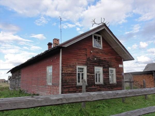 Дом с лосиными рогами на крыше