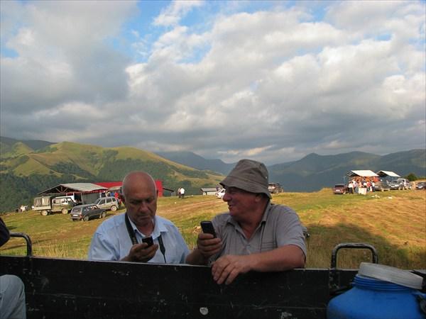 Традиционный для Осетии обмен номерами телефона.