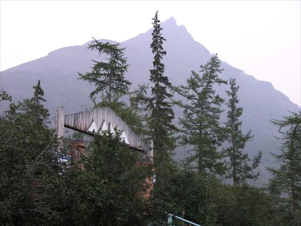 Гора Палец в обложной дымке таёжных пожарищ.