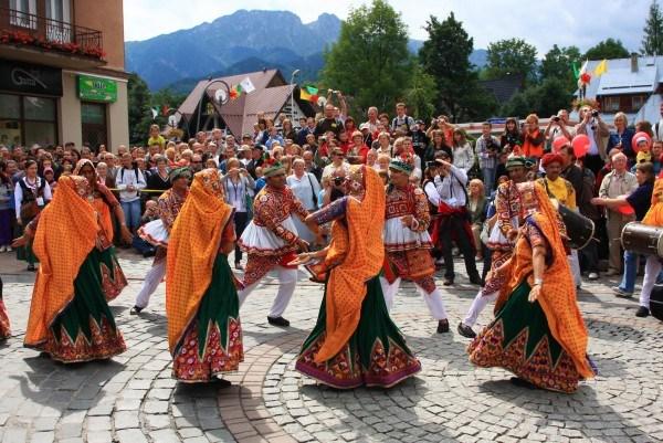 Разноцветный хоровод на площади города
