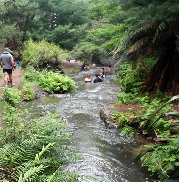 Термальная река с температурой около 40 градусов