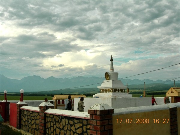 Буддийская ступа в тункинской долине