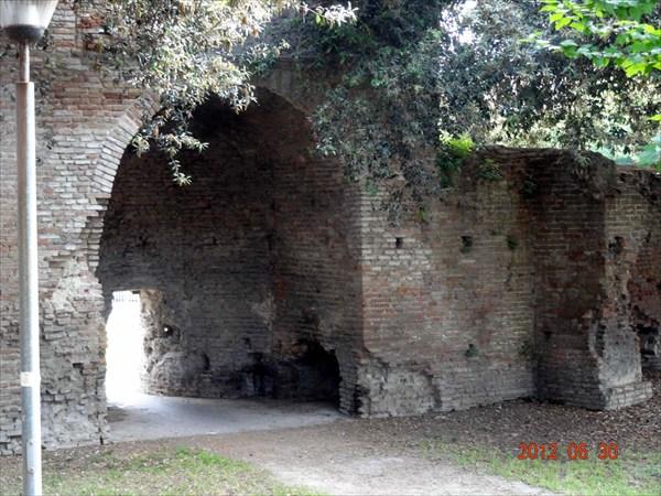 Остатки древнеримских стен.