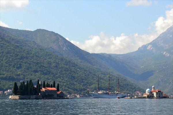 Остров Госпа от Шкрпела — слева. Остров Святого Георгия