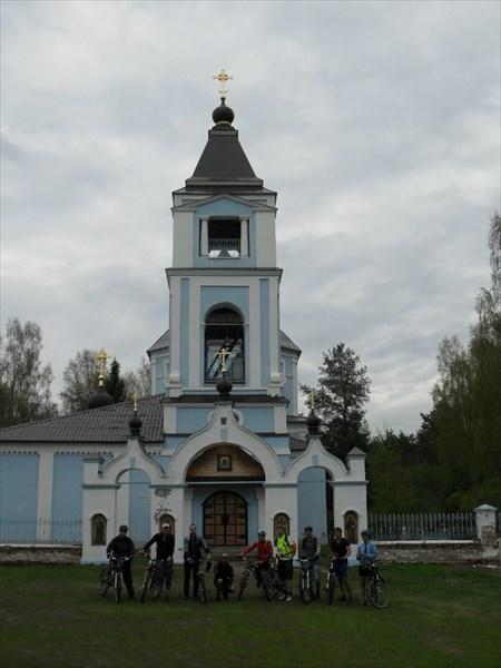 На фоне церкви Успения Пресвятой Богородицы