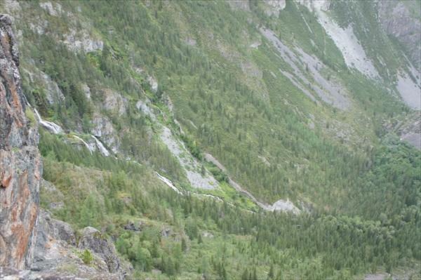 Слева водопады.