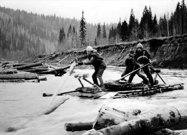 на фото: 1974 год. Весенний сплав по реке Койва.