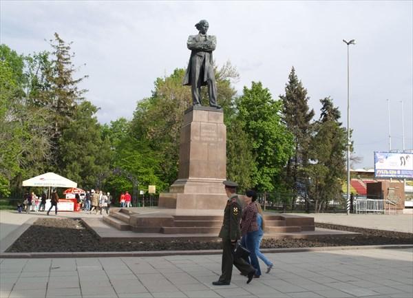 Сад Липки и памятник Н.Г. Чернышевскому перед ним