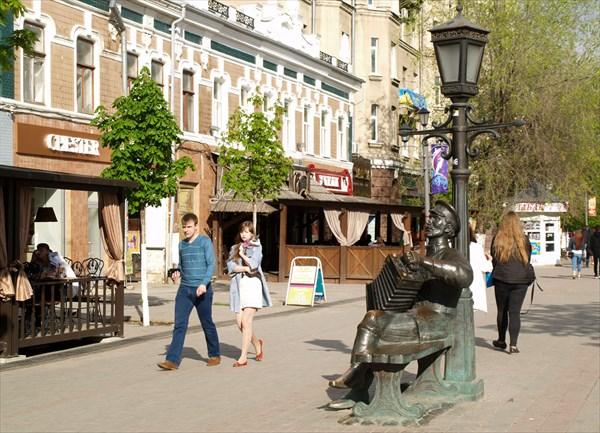 Памятник саратовской гармошке на пешеходном проспекте Кирова