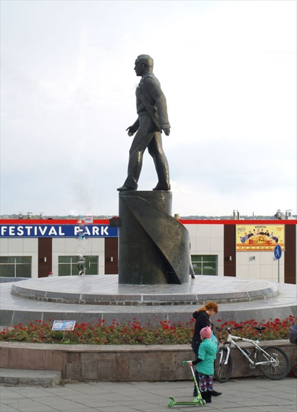 """Памятник Ю.А. Гагарину с прозвищем """"Головастик"""""""