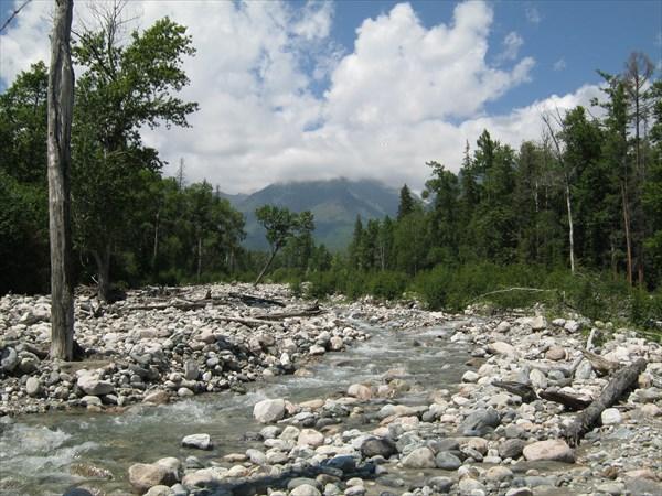 4 день.Подымаемся вверх по реке Елоты-Харагун.Впереди горы
