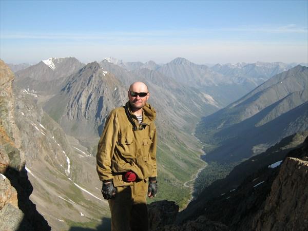 Я на фоне каньона реки Правый Шумак....далеко впереди Китойские