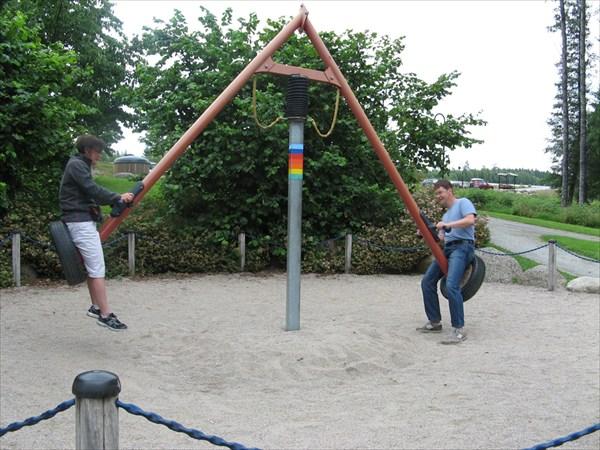 Качель-карусель на детской площадке