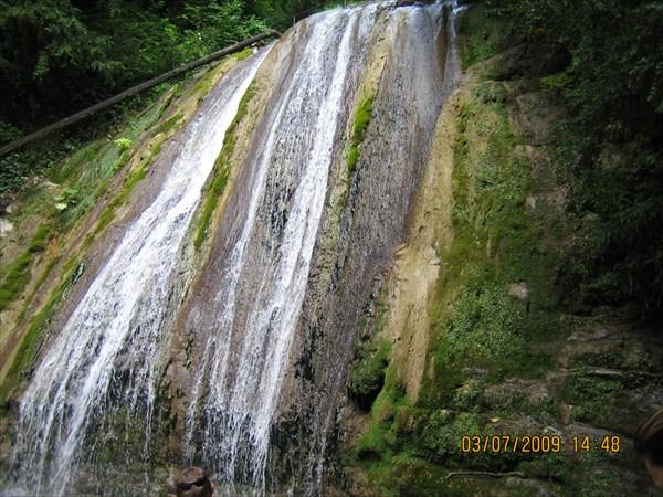 на фото: 33 водопада