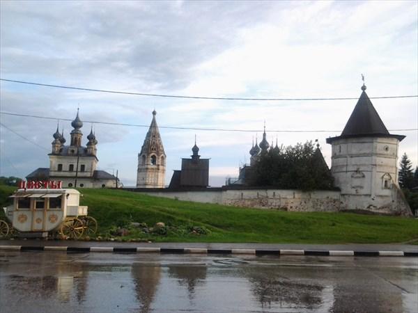 В центре города.Территория Михайло - Архангельского монастыря.