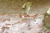 Окно в южной стене углубленного помещения. Развалины Казанцево.