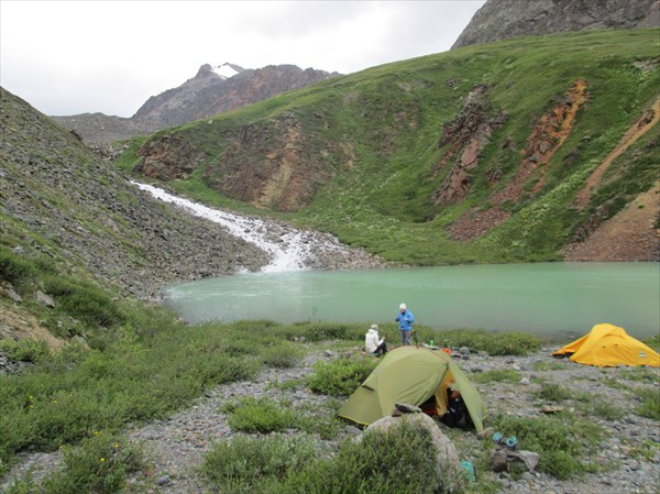 Лагерь альпинистов на озере