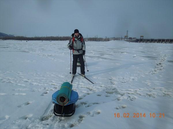 Лёд Волги истоптан рыбаками