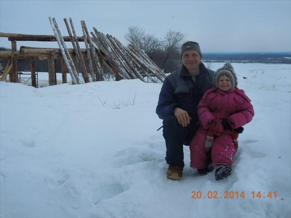 Хозяин соломенного дома Сергей и средненькая дочка