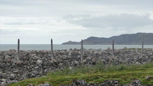 Остатки заградительной полосы вдоль берега Баренцева моря