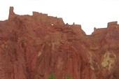 Древний город на верху скалы.