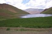 Небольшое озеро у дороги.