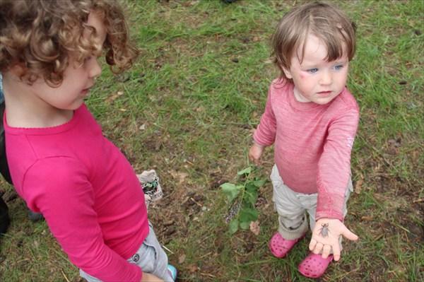 Нашла жука и хвасталась старшим девочкам