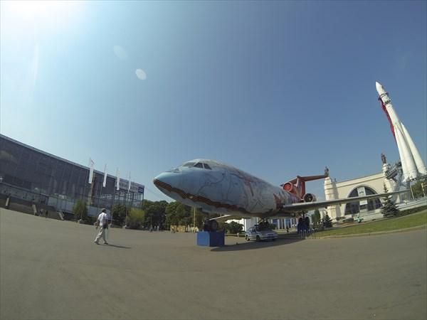 Космический корабль и самолет