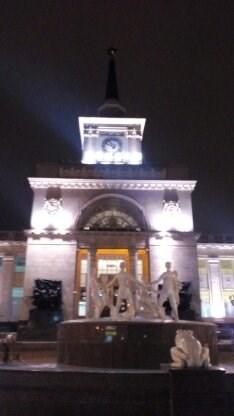 Удивительный фонтан перед зданием вокзала