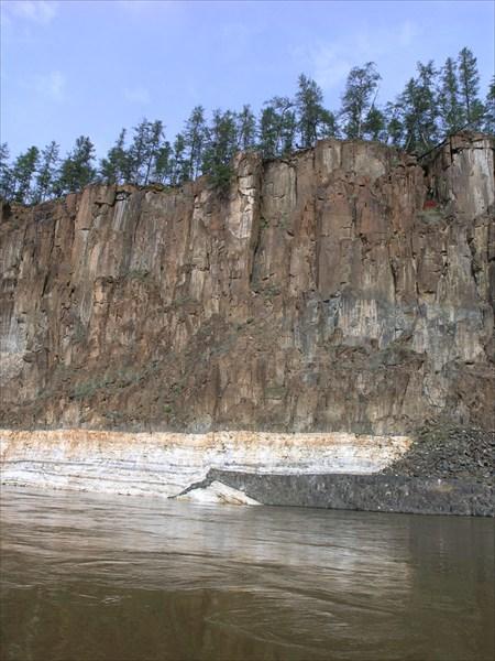 Мраморные вкарпления в базальтовых скалах