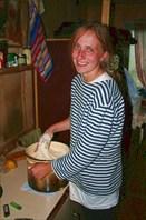 Елена Викторовна месит тесто для хлеба