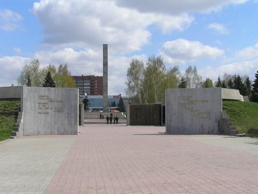 Мемориал. Вид со стороны вокзала.