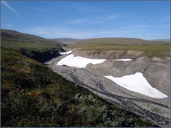 Ущелье высохшего ручья со снежниками
