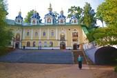 Конец `кровавого пути` и главная площадь монастыря.