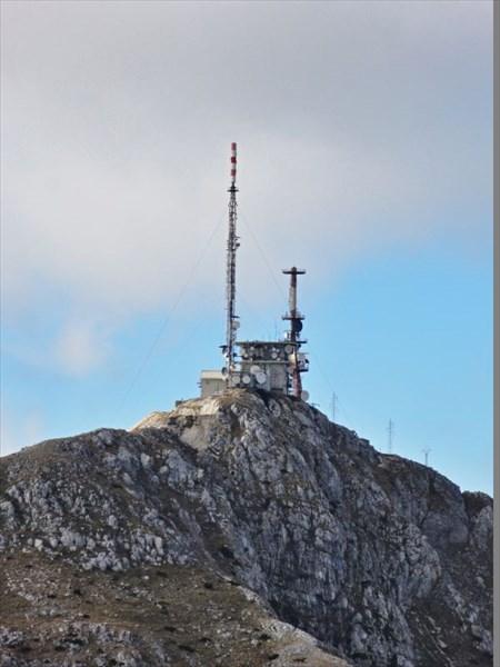 Штировник. На горе - два антенных комплекса.