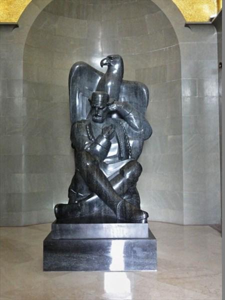 Статуя Петра II Петровича-Негоша с орлом.