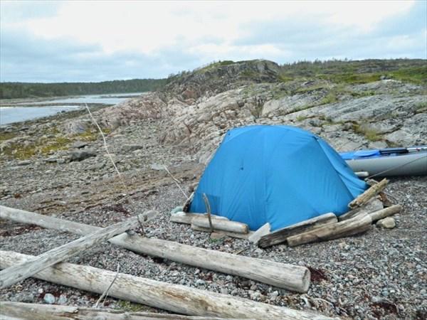 Укрепление палатки бревнами от ветра