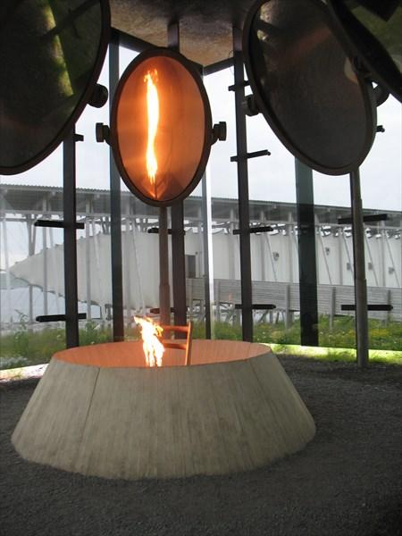 Вечный огонь около мемориала