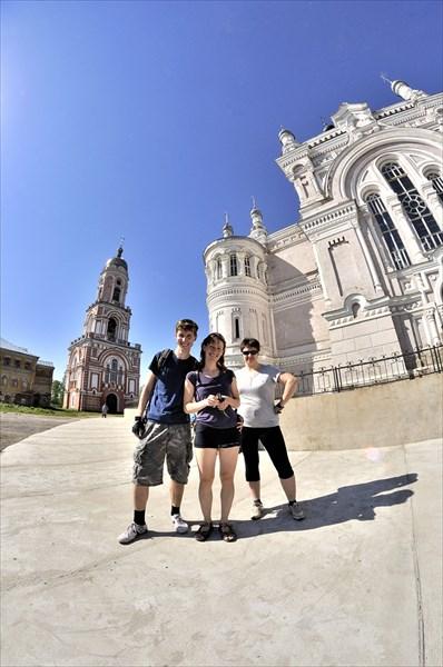 На фоне собора Казанской иконы Божьей матери