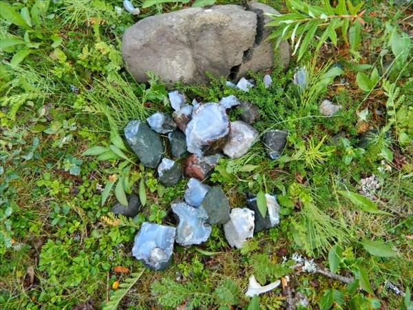 Россыпь камней на стоянке