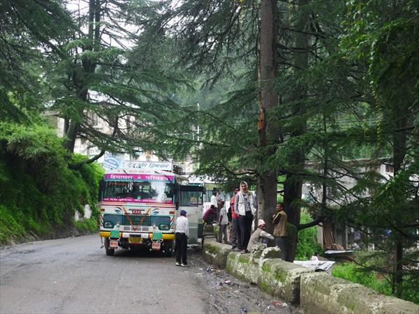 Рейсовый автобус на пути из Шимлы в долину Сатледжа