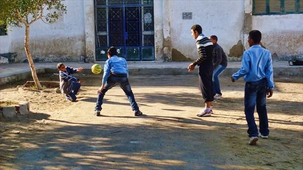 Дети повсеместно играют в футбол