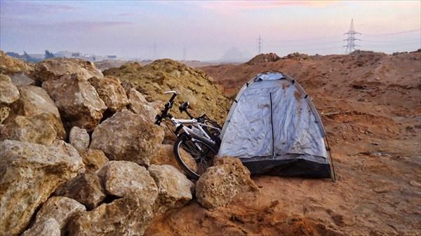 Палатка в 5 км от пирамид Гизы (они на заднем плане)