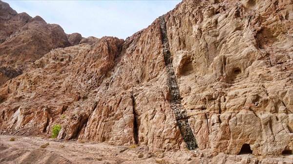 Странные полосы в скалах