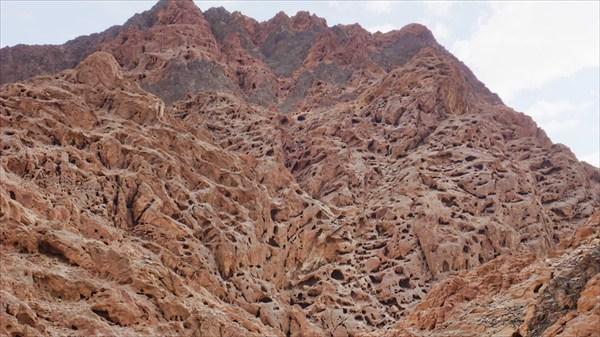 Интересные отверстия в скале
