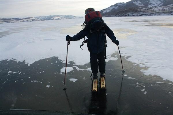 Серега в лыжах олицетворяет корову на льду