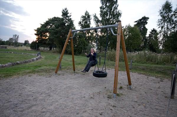 Детская площадка на месте отдыха на трассе