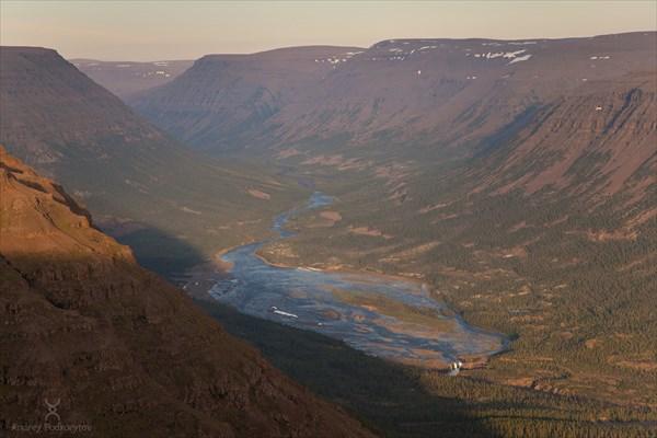 Разлив реки Иркингда по базальтовой плите перед Иркингдинским во